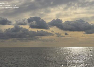mare calmo nuvole sole