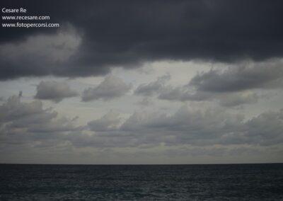 mare scuro nuvole nere