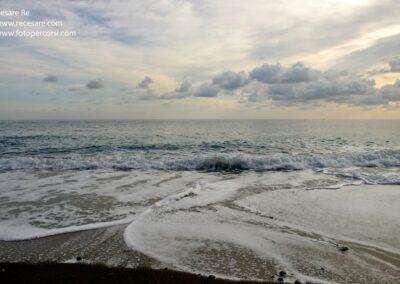 onde spiaggia risacca liguria